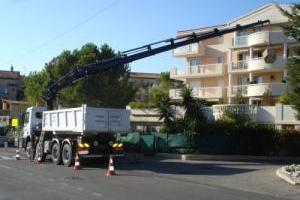 Mise en place de jardinières par camion grue à portée horizontale