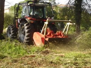 Broyage forestier avec tracteur pour débroussaillage anti-incendie