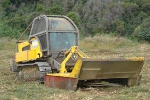 Engin forestier à chenille avec broyeur pour terrains accidentés